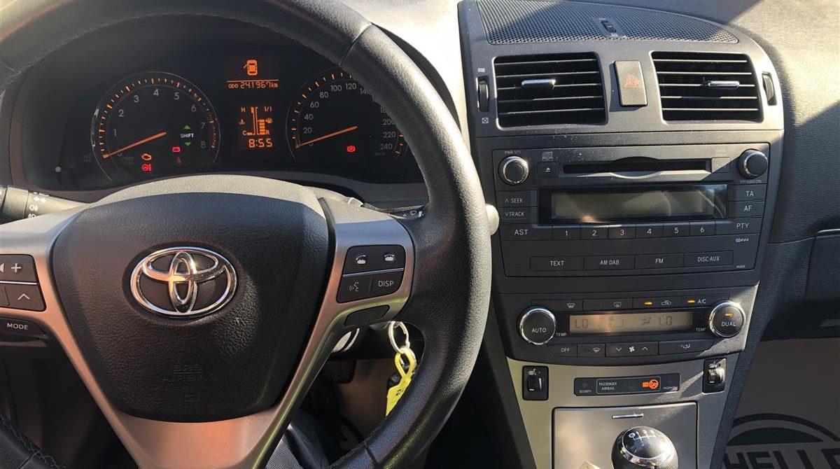 Toyota-Avensis-2010-3