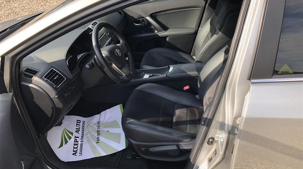 Toyota-Avensis-2015-6